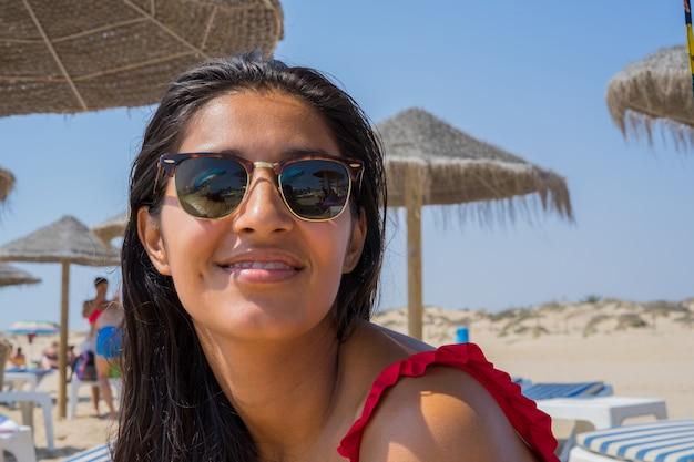 Jovem mulher feliz e rindo na praia