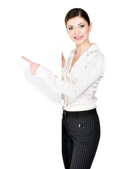 Jovem mulher feliz pontos na bandeira branca em branco -.