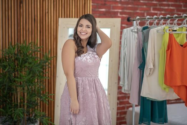 Jovem mulher gordinha em uma loja de roupas