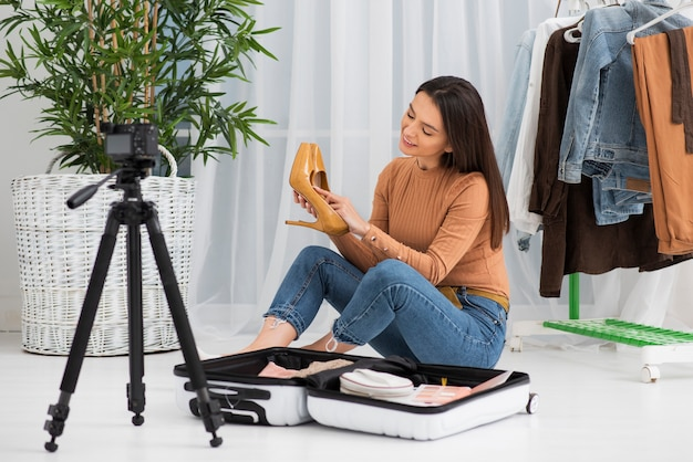 Jovem mulher gravando em casa