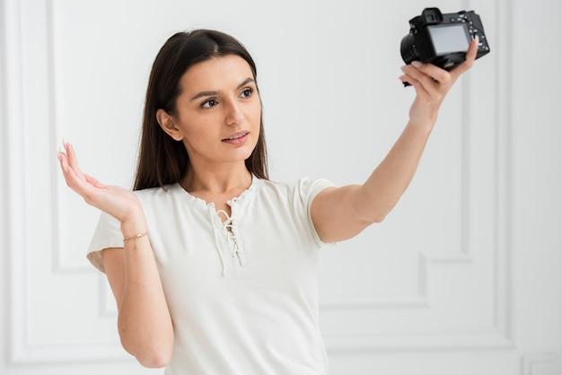 Jovem mulher gravando on-line