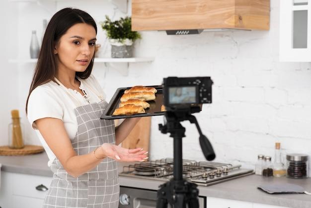 Jovem mulher gravando para um programa de culinária