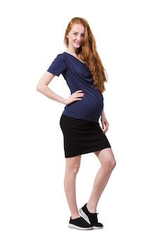 Jovem mulher grávida isolada no branco