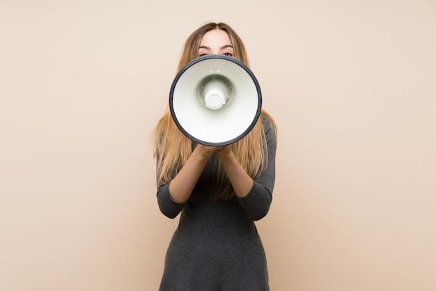 Jovem mulher gritando através de um megafone