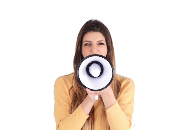 Jovem mulher gritando em um megafone