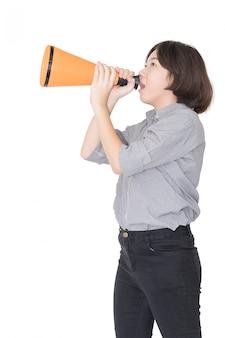 Jovem mulher gritando por anunciar através de um megafone