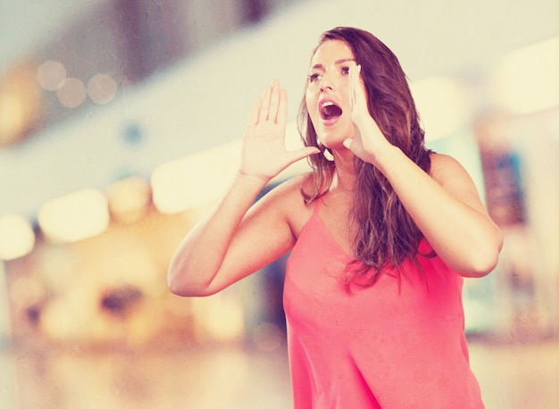 Jovem mulher gritando