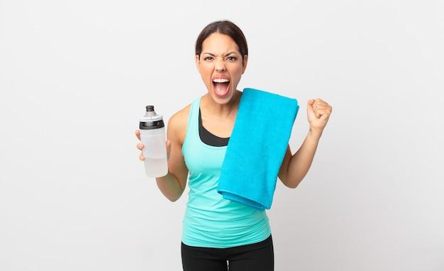 Jovem mulher hispânica gritando agressivamente com uma expressão de raiva. conceito de fitness