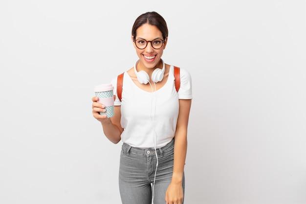 Jovem mulher hispânica parecendo feliz e agradavelmente surpresa. conceito de estudante