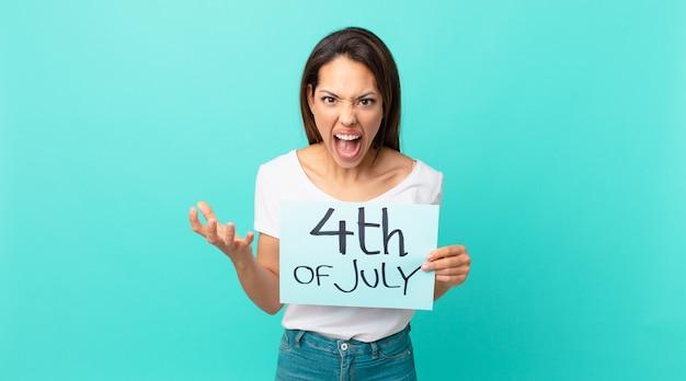 Jovem mulher hispânica parecendo zangada, irritada e frustrada. conceito do dia da independência
