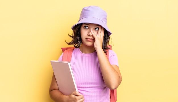 Jovem mulher hispânica se sentindo entediada, frustrada e com sono depois de um cansativo. de volta ao conceito da escola