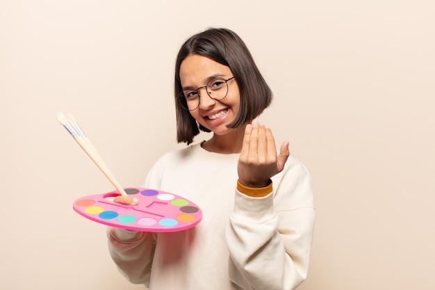 Jovem mulher hispânica se sentindo feliz, bem-sucedida e confiante, enfrentando um desafio e dizendo
