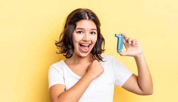 Jovem mulher hispânica se sentindo feliz e enfrentando um desafio ou comemorando. conceito de asma