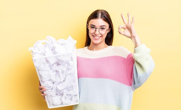 Jovem mulher hispânica se sentindo feliz, mostrando aprovação com um gesto certo. conceito de lixo de falha
