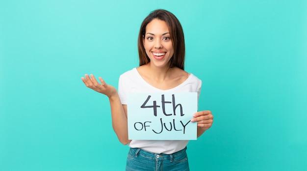 Jovem mulher hispânica se sentindo feliz, surpresa ao perceber uma solução ou ideia. conceito do dia da independência