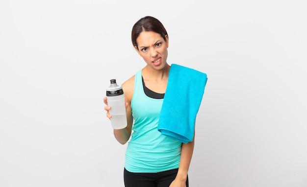 Jovem mulher hispânica se sentindo perplexa e confusa. conceito de fitness