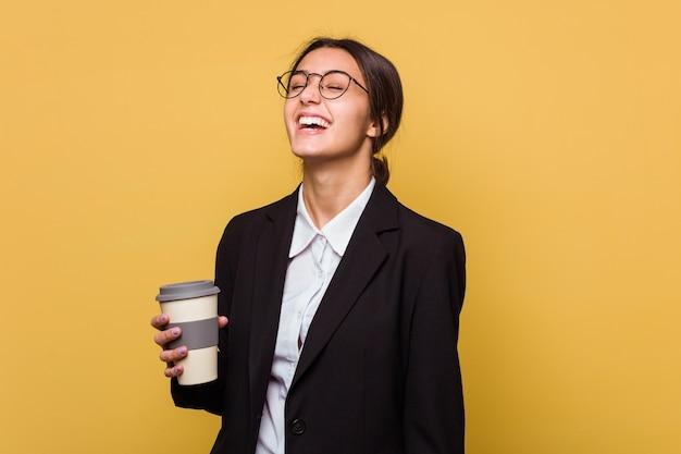 Jovem mulher indiana de negócios tomando um café para viagem isolada