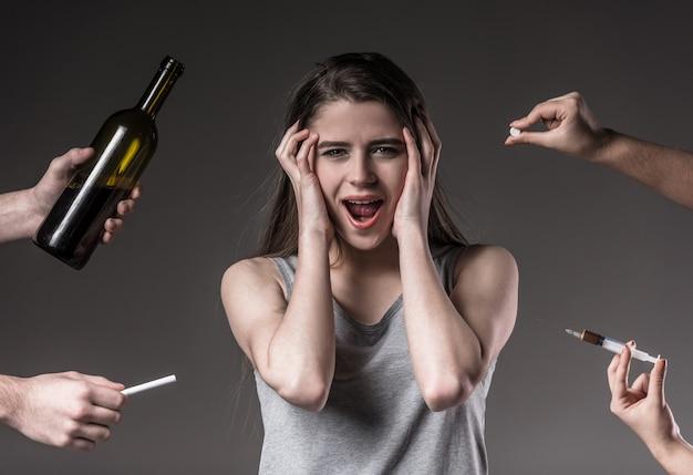 Jovem mulher infeliz, rejeição de maus hábitos.