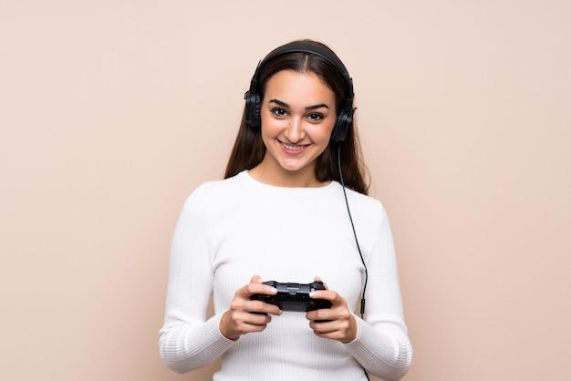 Jovem mulher isolada jogando em videogame