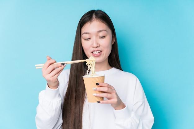 Jovem mulher japonesa comendo macarrão