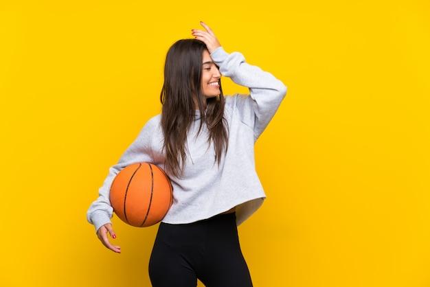 Jovem mulher jogando basquete percebeu algo e pretendendo a solução