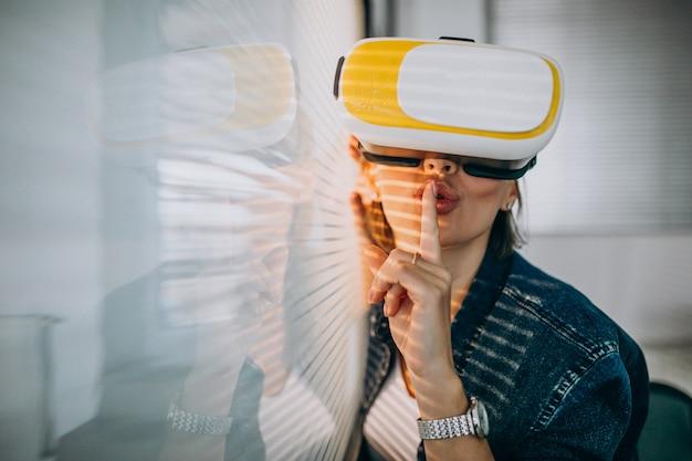 Jovem mulher jogando o jogo através dos óculos vr