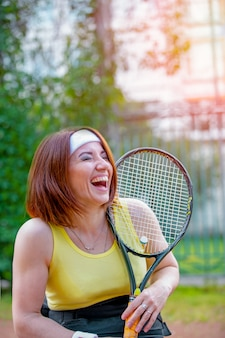 Jovem mulher jogando tênis na quadra de tênis