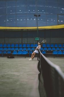Jovem mulher jogando tênis