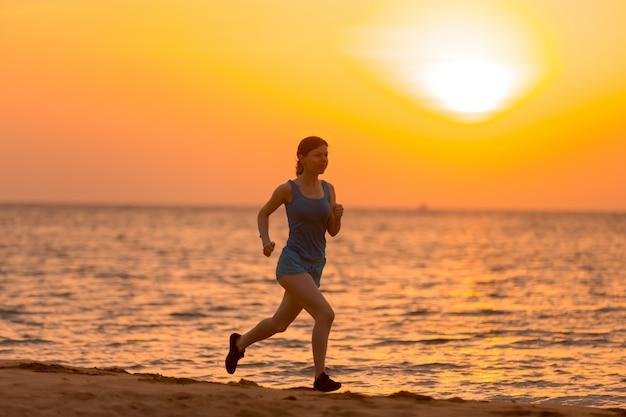 Jovem, mulher, jogging no nascer do sol