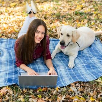 Jovem mulher junto com seu cachorro