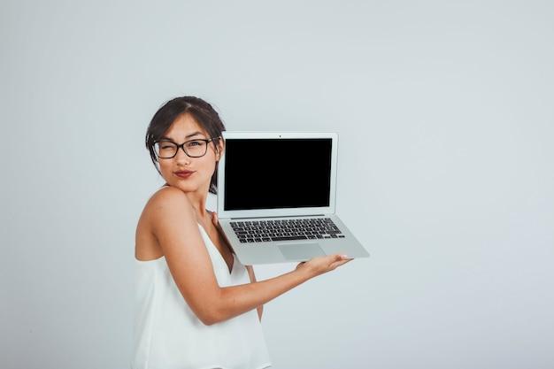Jovem, mulher, laptop, piscar