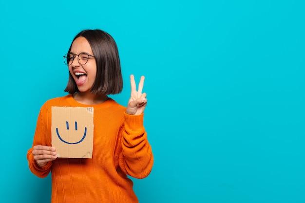 Jovem mulher latina conceito feliz