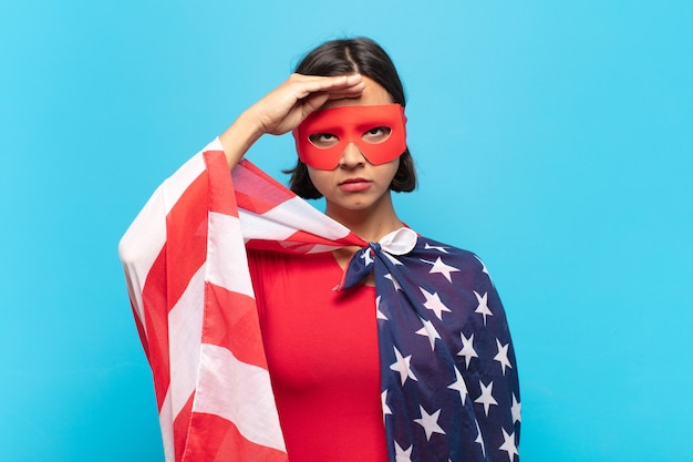 Jovem mulher latina cumprimentando a câmera com uma saudação militar em um ato de honra e patriotismo