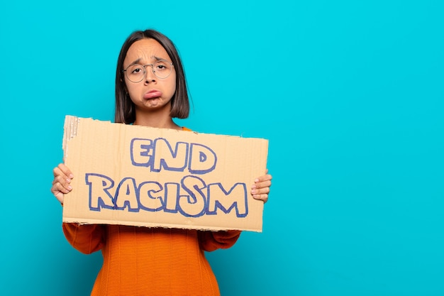 Jovem mulher latina. fim do conceito de racismo