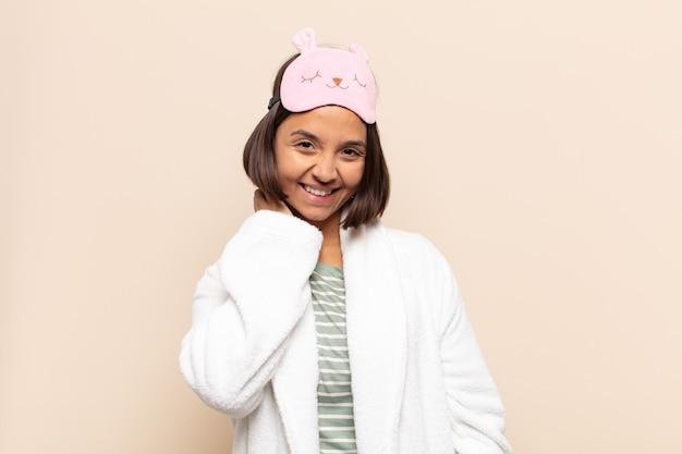 Jovem mulher latina rindo com alegria e confiança com um sorriso casual, feliz e amigável