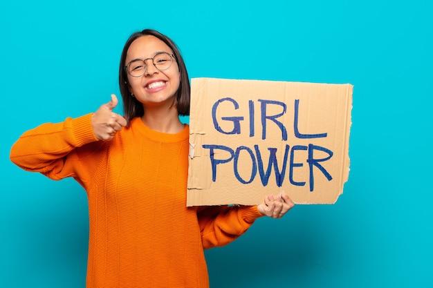 Jovem mulher latina segurando uma placa de energia feminina