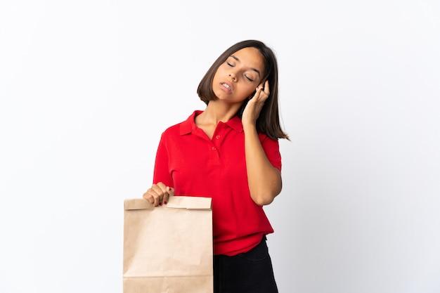 Jovem mulher latina segurando uma sacola de compras de supermercado