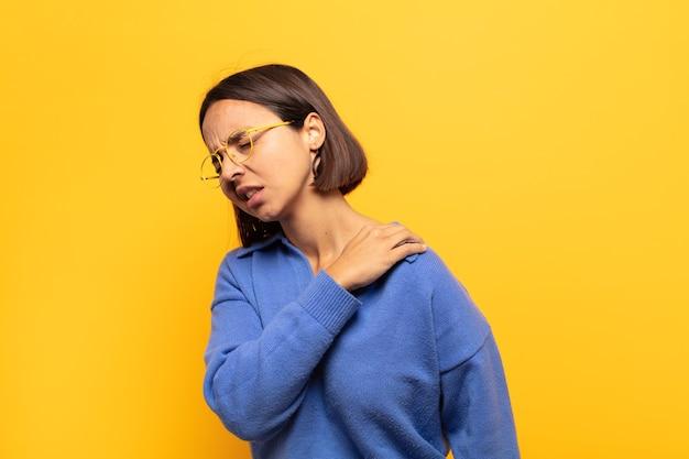 Jovem mulher latina sentindo-se cansada, estressada, ansiosa, frustrada e deprimida, sofrendo de dores nas costas ou no pescoço