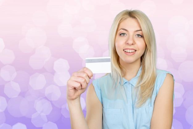 Jovem mulher legal com cartão de crédito