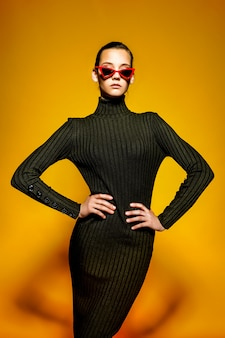 Jovem mulher legal usando vestido preto