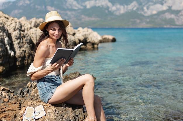 Jovem mulher lendo um livro