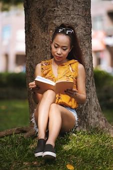 Jovem mulher lendo
