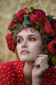 Jovem mulher linda em um vestido vermelho