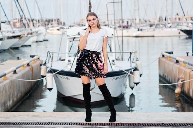 Jovem mulher loira atraente posando ao ar livre