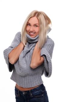 Jovem mulher loira, cobrindo-se com uma camisola