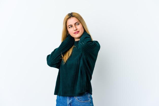 Jovem mulher loira com dor de garganta devido ao estilo de vida sedentário.