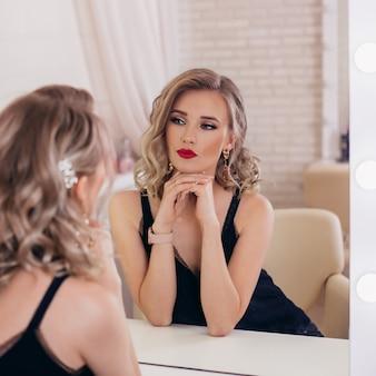 Jovem mulher loira com penteado e maquiagem