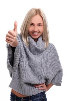 Jovem mulher loira com polegares para cima