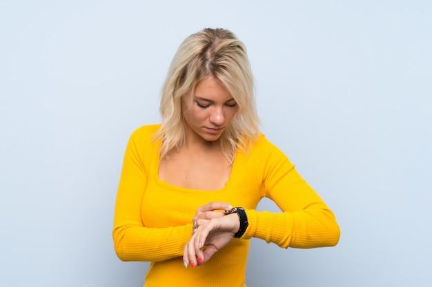 Jovem mulher loira com relógio de pulso