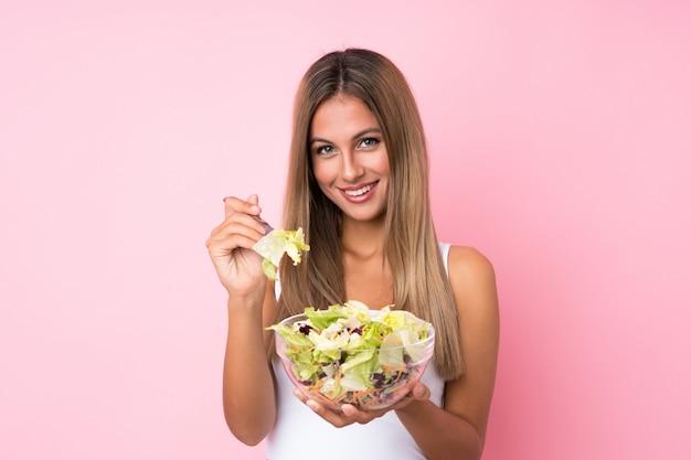 Jovem mulher loira com salada